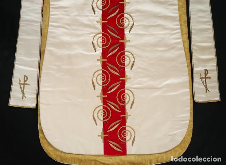 Antigüedades: Casulla confeccionada en seda bordada y terciopelo. med. S. XX. - Foto 7 - 223412712