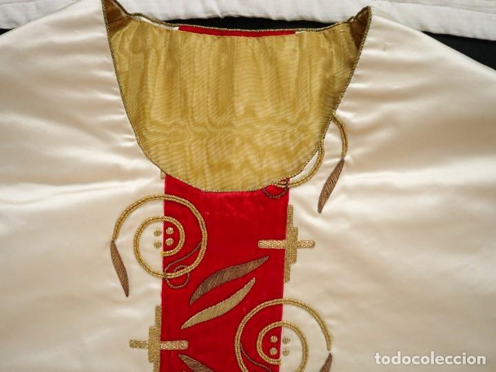 Antigüedades: Casulla confeccionada en seda bordada y terciopelo. med. S. XX. - Foto 8 - 223412712