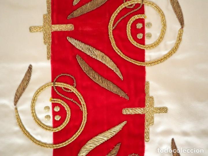 Antigüedades: Casulla confeccionada en seda bordada y terciopelo. med. S. XX. - Foto 9 - 223412712