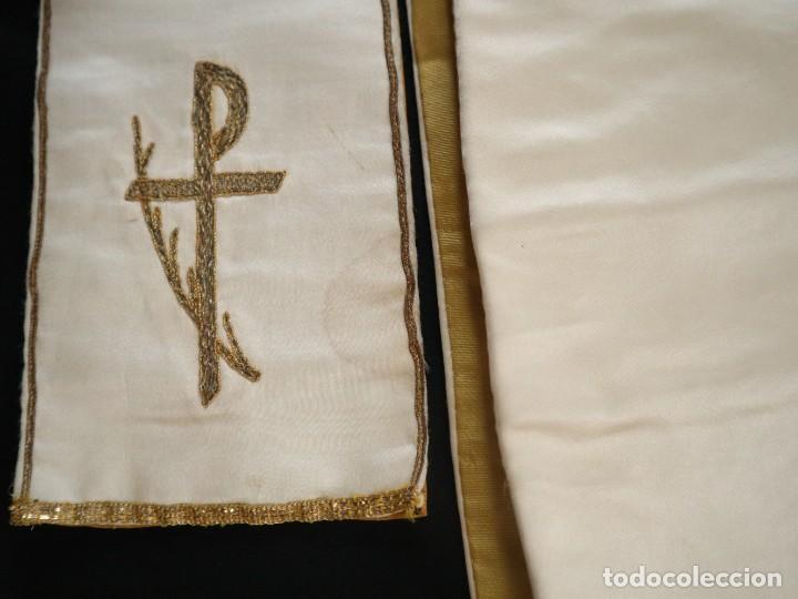 Antigüedades: Casulla confeccionada en seda bordada y terciopelo. med. S. XX. - Foto 10 - 223412712