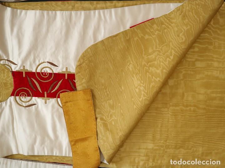 Antigüedades: Casulla confeccionada en seda bordada y terciopelo. med. S. XX. - Foto 12 - 223412712