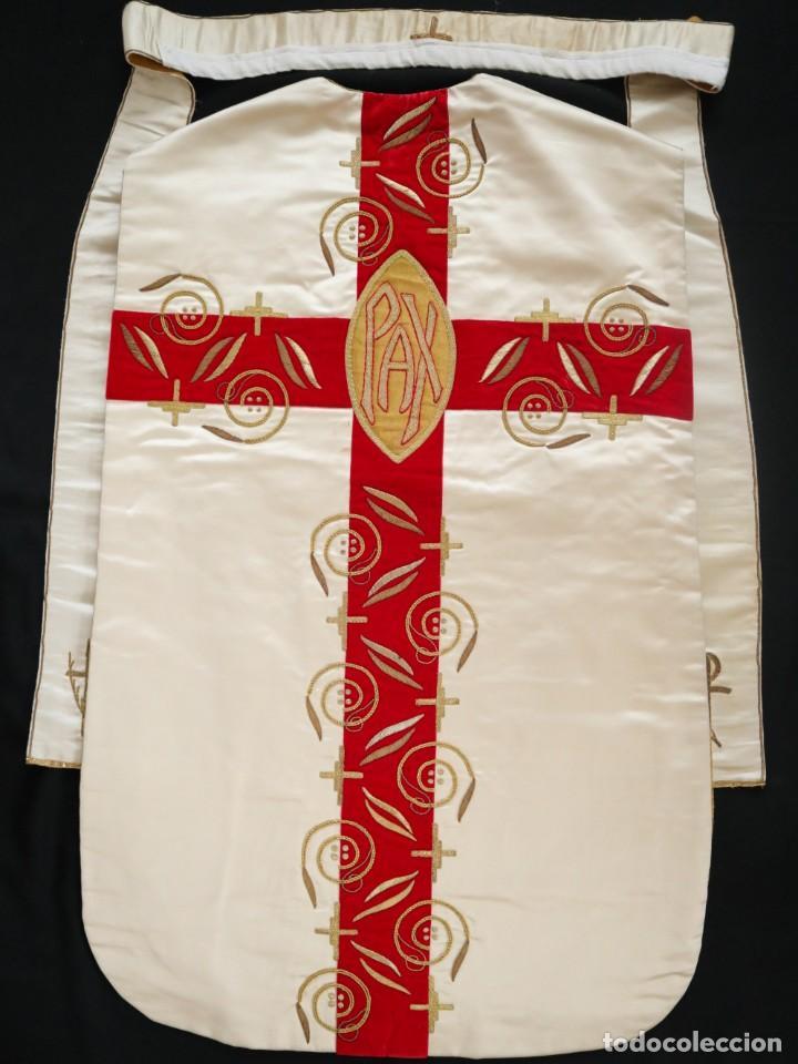 Antigüedades: Casulla confeccionada en seda bordada y terciopelo. med. S. XX. - Foto 13 - 223412712