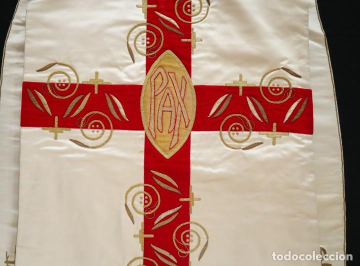 Antigüedades: Casulla confeccionada en seda bordada y terciopelo. med. S. XX. - Foto 15 - 223412712