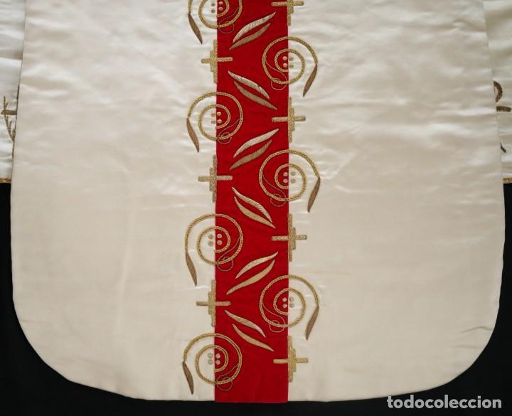 Antigüedades: Casulla confeccionada en seda bordada y terciopelo. med. S. XX. - Foto 17 - 223412712