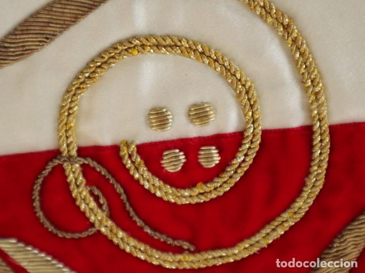 Antigüedades: Casulla confeccionada en seda bordada y terciopelo. med. S. XX. - Foto 19 - 223412712