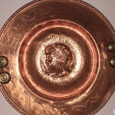 Antigüedades: BRACERO COBRE REPUJADO CABEZA ROMANO. Lote 223414076
