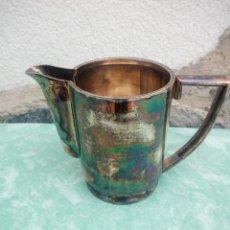 Antigüedades: ANTIGUA LECHERA DE METAL BAÑADA EN PLATA,AÑOS 40/50. Lote 223452828