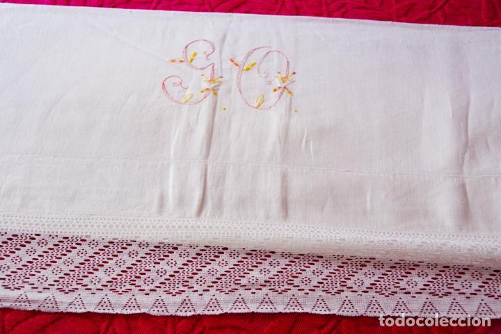 Antigüedades: Bonita sábana de lino bordado a mano con iniciales y puntilla de ganchillo Ref:M3. - Foto 4 - 223457978