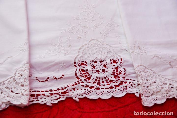 Antigüedades: Preciosa sábana de algodón bordado a mano con calados y puntilla de ganchillo. Ref:M4. - Foto 2 - 223458202