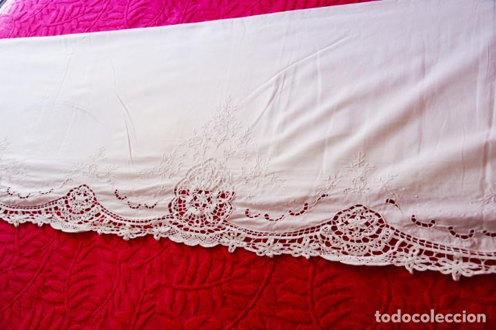 Antigüedades: Preciosa sábana de algodón bordado a mano con calados y puntilla de ganchillo. Ref:M4. - Foto 3 - 223458202