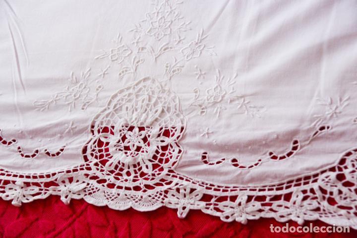 Antigüedades: Preciosa sábana de algodón bordado a mano con calados y puntilla de ganchillo. Ref:M4. - Foto 4 - 223458202