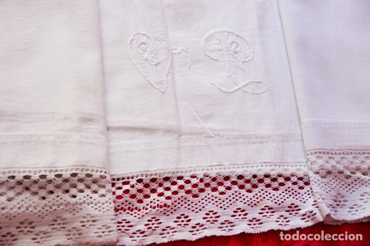 Antigüedades: Preciosa sábana de hilo o lino con bordado a mano iniciales, vainica doble con filigrana. Ref:M6. - Foto 2 - 223458477