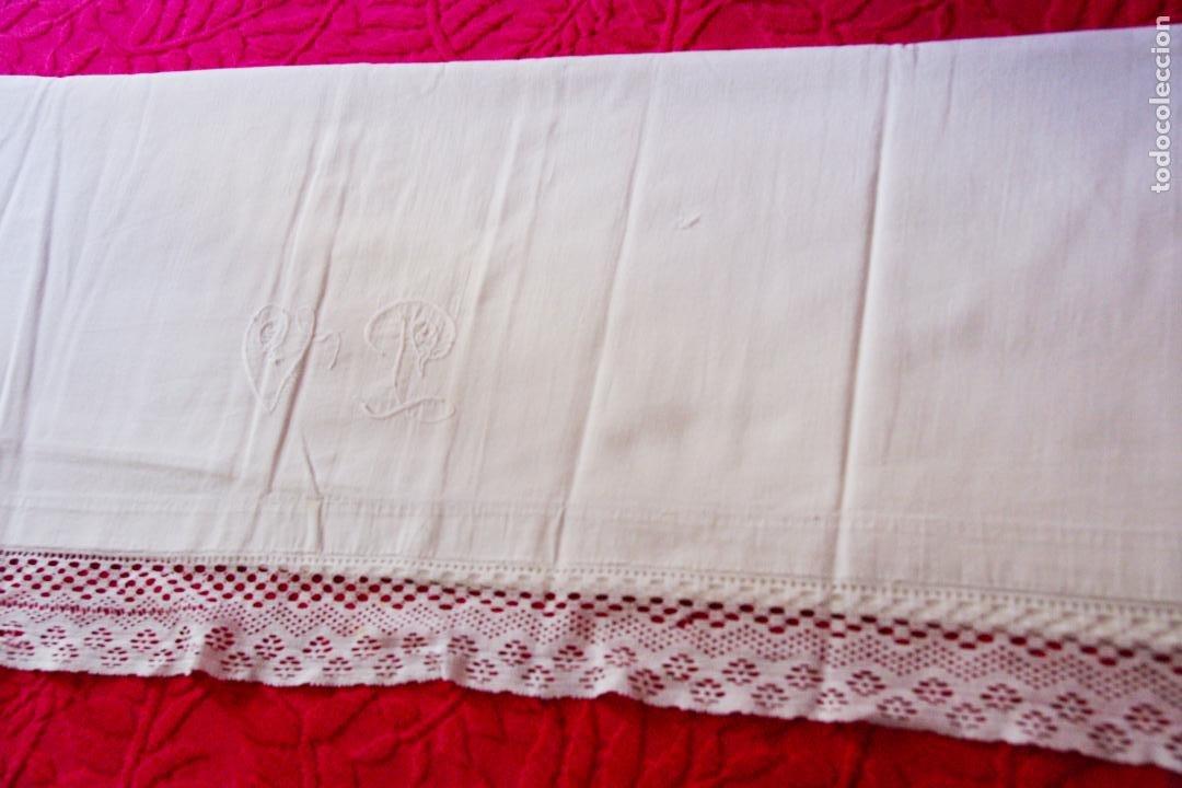 Antigüedades: Preciosa sábana de hilo o lino con bordado a mano iniciales, vainica doble con filigrana. Ref:M6. - Foto 3 - 223458477
