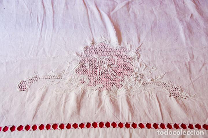 Antigüedades: Preciosa sábana de hilo o lino con bordado a mano iniciales, vainica doble con filigrana. Ref:M6. - Foto 4 - 223458477