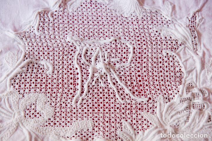 Antigüedades: Preciosa sábana de hilo o lino con bordado a mano iniciales, vainica doble con filigrana. Ref:M6. - Foto 5 - 223458477