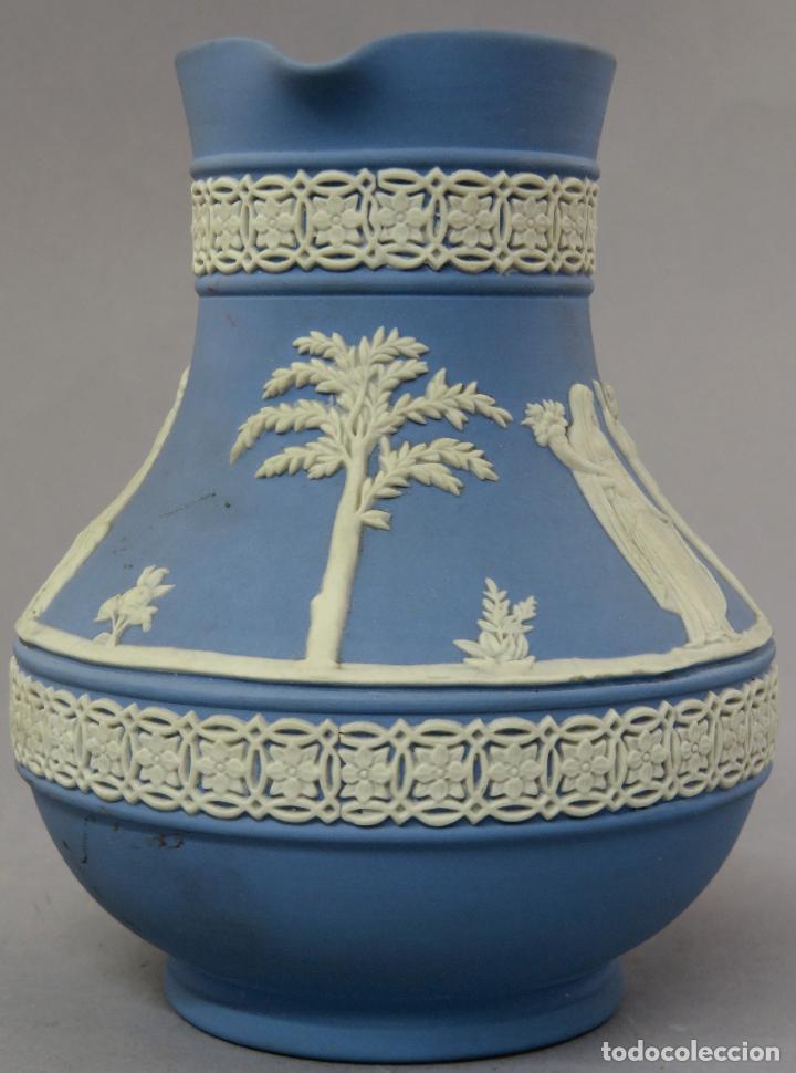 Antigüedades: Jarra porcelana mate azul y blanco Wedgwood decoración en relieve principios del siglo XX - Foto 2 - 223559296
