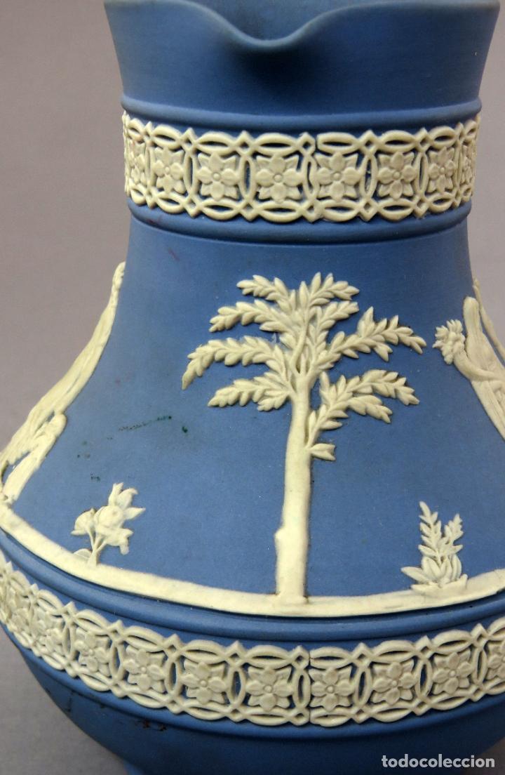 Antigüedades: Jarra porcelana mate azul y blanco Wedgwood decoración en relieve principios del siglo XX - Foto 6 - 223559296