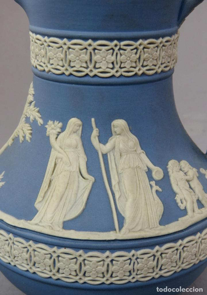 Antigüedades: Jarra porcelana mate azul y blanco Wedgwood decoración en relieve principios del siglo XX - Foto 7 - 223559296