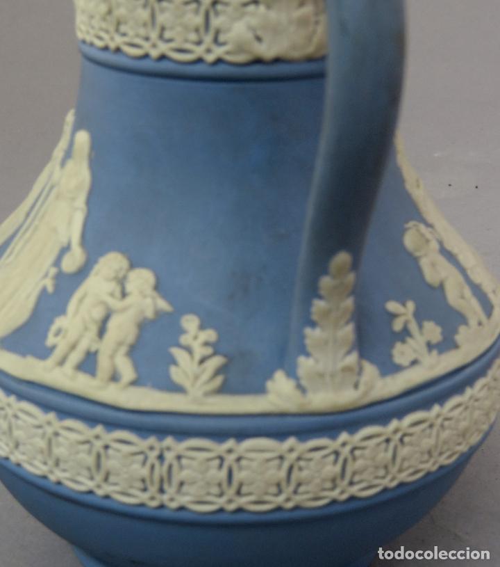 Antigüedades: Jarra porcelana mate azul y blanco Wedgwood decoración en relieve principios del siglo XX - Foto 8 - 223559296