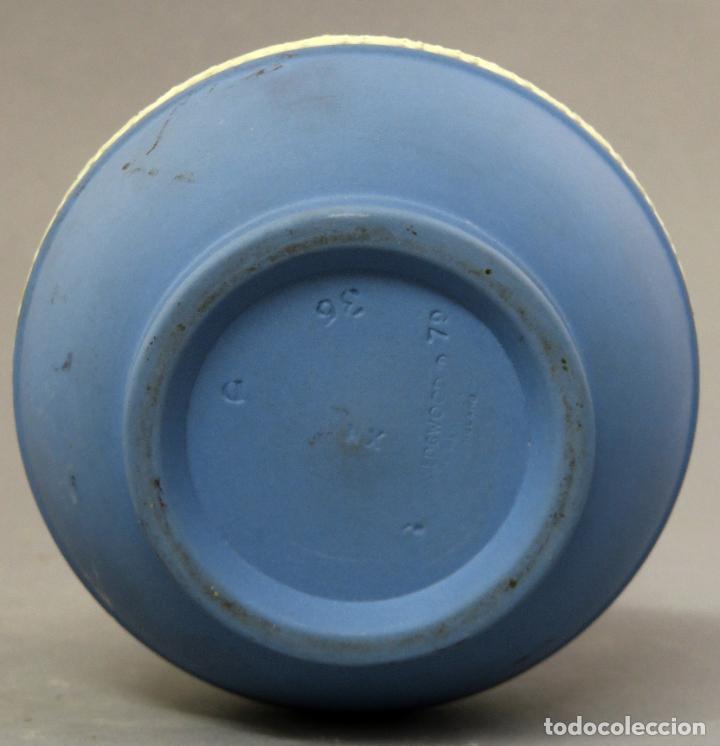 Antigüedades: Jarra porcelana mate azul y blanco Wedgwood decoración en relieve principios del siglo XX - Foto 10 - 223559296