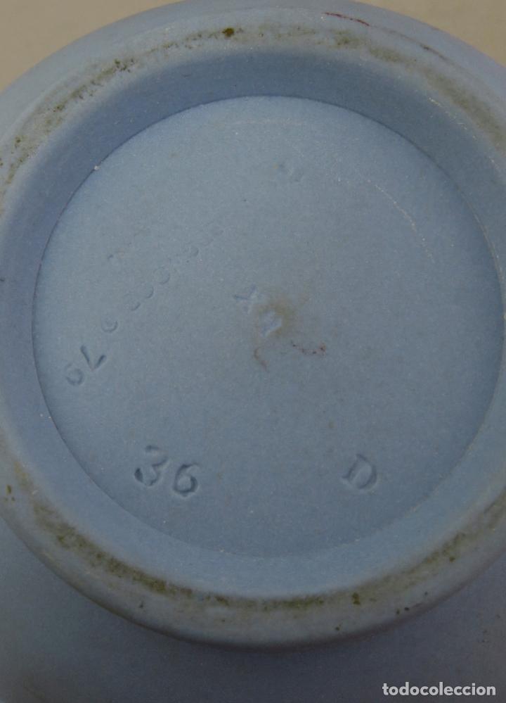 Antigüedades: Jarra porcelana mate azul y blanco Wedgwood decoración en relieve principios del siglo XX - Foto 11 - 223559296