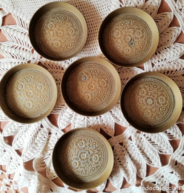 Antigüedades: SET DE 6 PLATITOS DE BRONCE CON GRABADOS - Foto 2 - 223605407