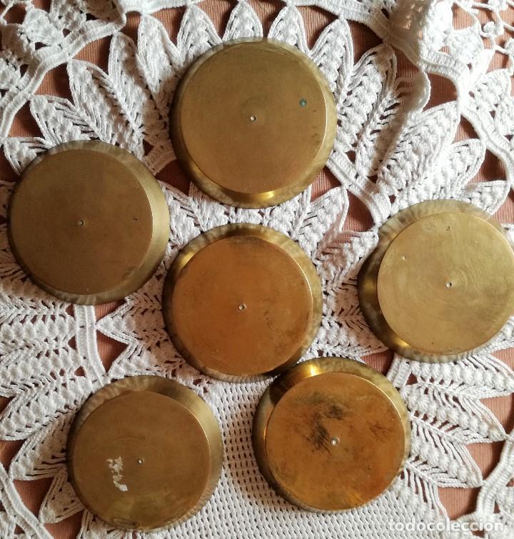 Antigüedades: SET DE 6 PLATITOS DE BRONCE CON GRABADOS - Foto 3 - 223605407