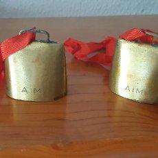 Antigüedades: PAREJA DE CENCERROS DE METAL DORADO AIM, 5 X 5 CM.. Lote 223745021