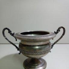 Antiquités: PEQUEÑA COPA DE ALPACA ORNAMENTADA Y CON ASAS, IDEAL PARA DECORACIÓN.. Lote 223817116