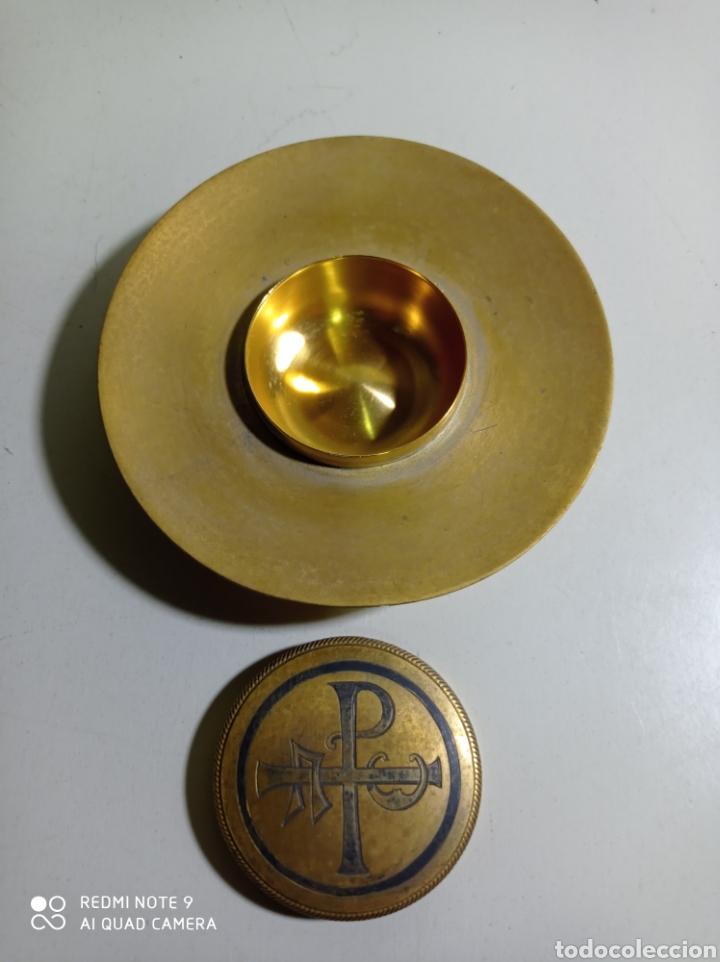 Antigüedades: Raro plato ostiero de bronce o latón con tapa central decorada con Crismòn. 10 cm de diámetro. - Foto 3 - 223833455