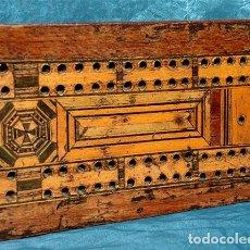 Antigüedades: ANTIGUA Y PRECIOSA TAPA DE MADERA - MARQUETERÍA - JUEGO - INCENSARIO - AMBIENTADOR - DECORACIÓN. Lote 223848700