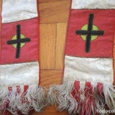 Antigüedades: ANTIGUA ESTOLA DE SEDA ADAMASCADA CON BORDADOS EN HILO DE COLORES - LONGITUD TOTAL: 250 CM APROX.. Lote 223866353