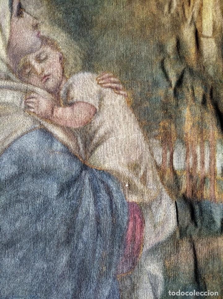 Antigüedades: bonito antiguo tapiz tintado pintado en tela gruesa tipo alfombra . virgen 95 / 115 cm - Foto 4 - 223928633