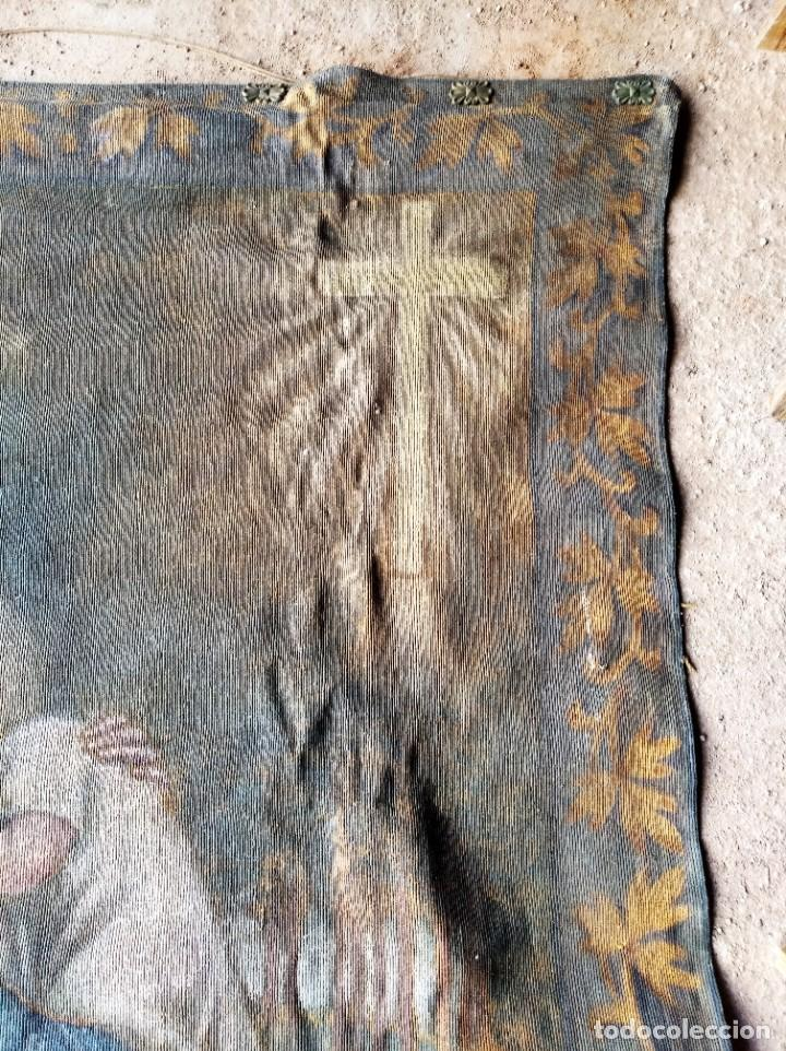 Antigüedades: bonito antiguo tapiz tintado pintado en tela gruesa tipo alfombra . virgen 95 / 115 cm - Foto 5 - 223928633