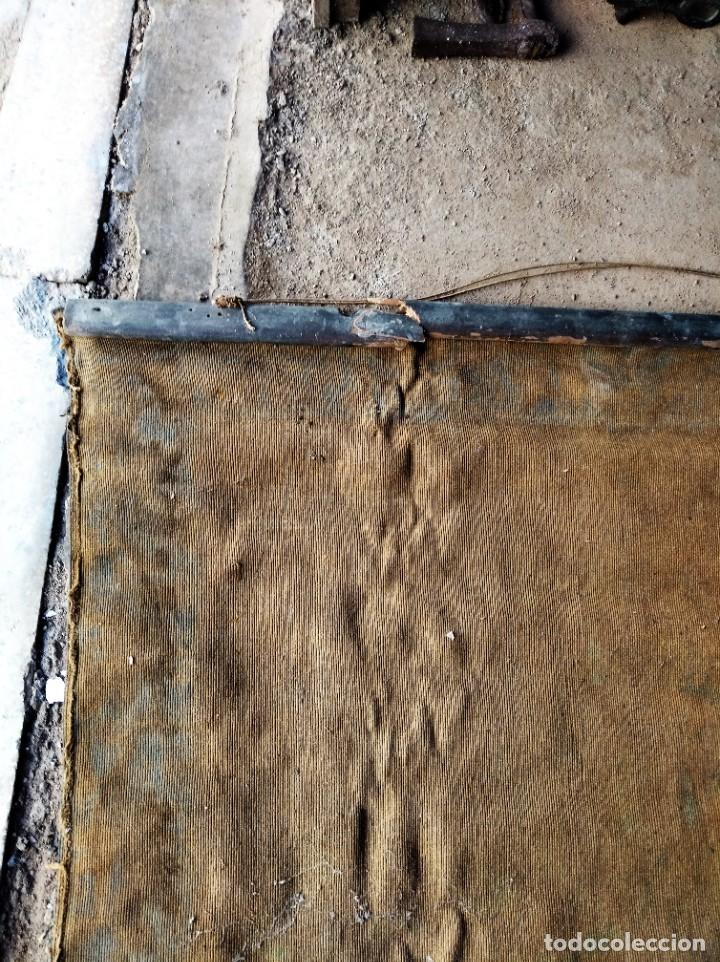 Antigüedades: bonito antiguo tapiz tintado pintado en tela gruesa tipo alfombra . virgen 95 / 115 cm - Foto 7 - 223928633