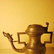 Antigüedades: GRAN TETERA DE ESTAÑO - PEDRAZA - SEGOVIA - CAFETERA - JARRA - MARCAS EN LA BASE. Lote 223946010