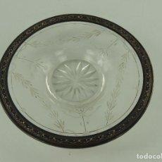 Oggetti Antichi: VINTAGE PLATO DE CRISTAL TALLADO CON BORDE DE METAL.MUY BONITO. Lote 223963557