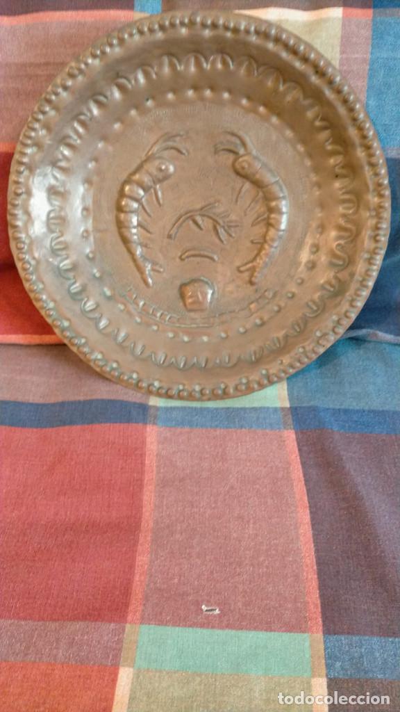 BANDEJA DECORATIVA ANTIGUA DE COBRE LATÓN TROQUELADO 27 CM DIÁMETRO (Antigüedades - Hogar y Decoración - Bandejas Antiguas)
