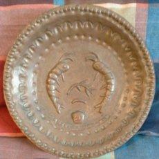 Antiguidades: BANDEJA DECORATIVA ANTIGUA DE COBRE LATÓN TROQUELADO 27 CM DIÁMETRO. Lote 223981686
