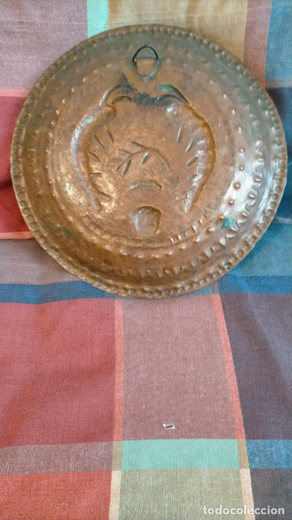 Antigüedades: BANDEJA DECORATIVA ANTIGUA DE COBRE LATÓN TROQUELADO 27 CM DIÁMETRO - Foto 2 - 223981686