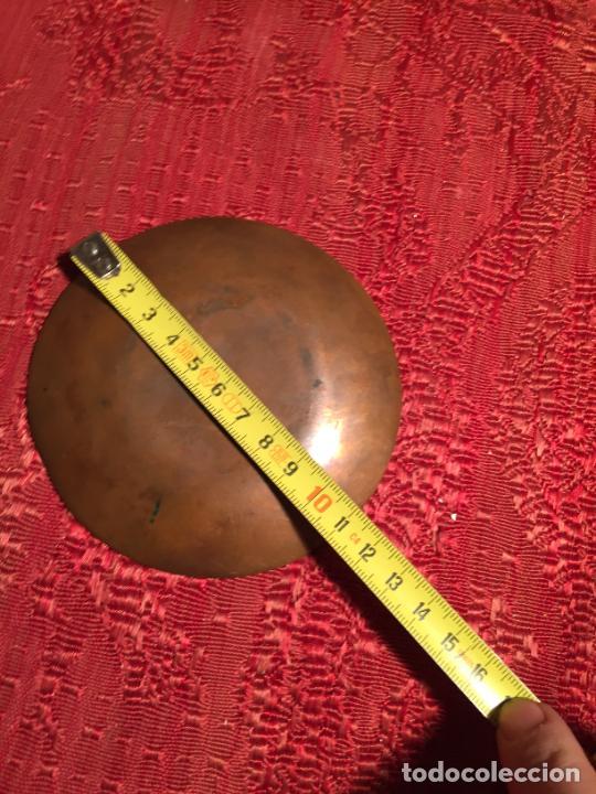 Antigüedades: Antiguo pequeño plato de cobre decorativo con esmaltes de los años 70-80 - Foto 7 - 224000132