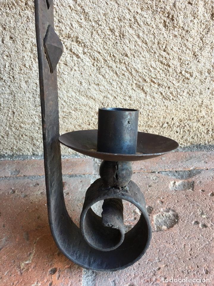 Antigüedades: Aplique o portavelas antiguo de forja para pared - Hierro, candil, candelero, vela - Foto 5 - 224057821
