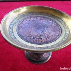 Antigüedades: CENTRO DE MESA, INCENSARIO EN BRONCE, LATON Y COBRE, CIRCA 1890 CON MEDALLON FIRMADO B. WICKER. Lote 224066978