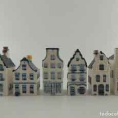 Oggetti Antichi: COLECCIÓN BOTELLAS DE KLM LICOR BOLS FORMA DE CASAS HOLANDESAS PORCELANA BLUE DELFTS, HOLLAND. Lote 224073316