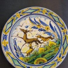 Antigüedades: TRIANA ANTIGUO Y PRECIOSO PLATO DE ESCENA DE CAZA. Lote 224078930