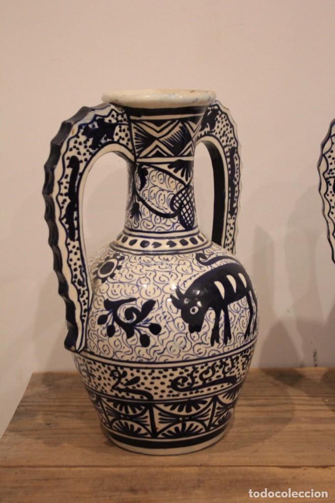 Antigüedades: Pareja de jarras con asas, cerámica granadina. 28cm de altura. Con numeración. - Foto 5 - 224098002