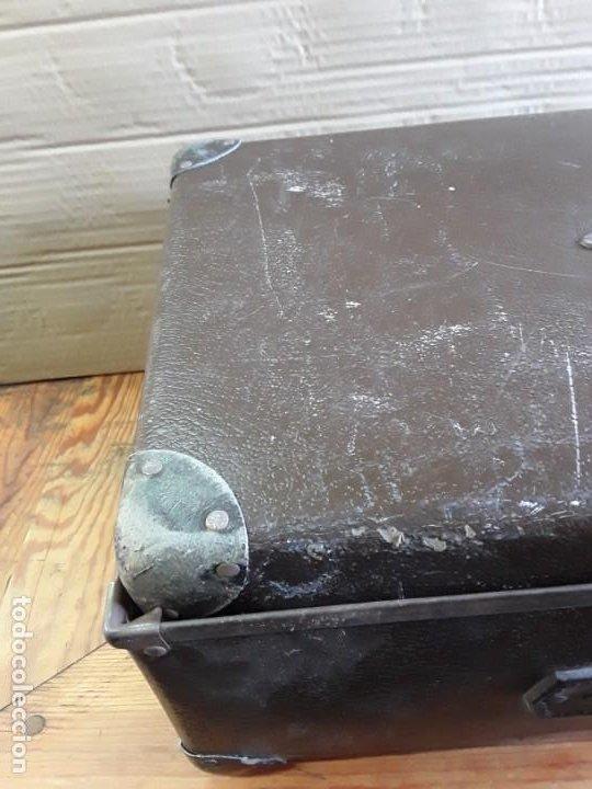 Antigüedades: Maleta de dos partes que se encajan. Cartón grabado en piel. - Foto 7 - 224160785