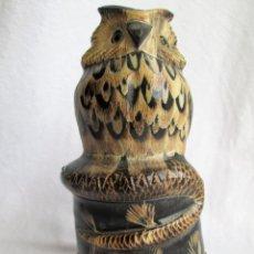 Antigüedades: BUHO O LECHUZA EN ASTA DE CUERNO LABRADO CON MUCHO DETALLE EN UNA SOLA PIEZA CON SU PEANA DE MADERA. Lote 224165071