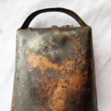Antigüedades: CAMPANA DE HIERRO CON BAÑO DE COBRE CON BADAJO DE SECCIONES DE CUERNO DE VENEDO. Lote 224169776