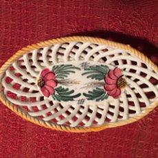 Antigüedades: ANTIGUA CESTA DE PORCELANA BLANCA TRENZADA CON FLORES PINTADAS A MANO CERAMICA XATIVA AÑOS 40-50. Lote 224170946